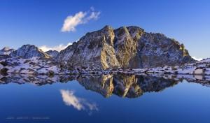 Montaña en lago